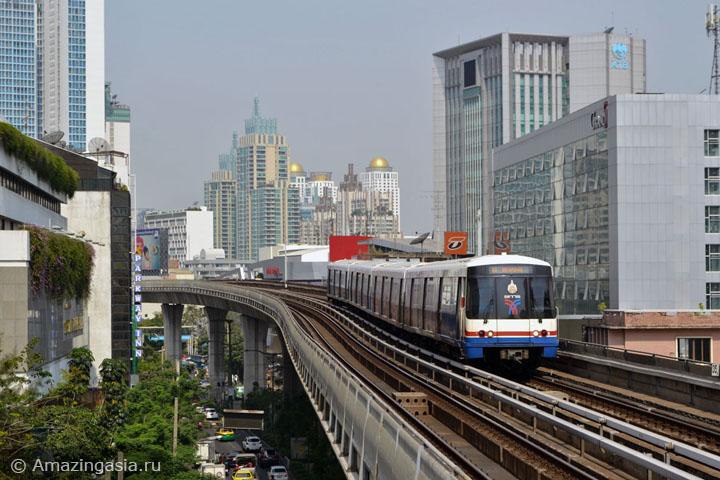 Поезд скайтрейна ветки Сукхумвит Лайн, улица Сукхумвит Роуд видна внизу