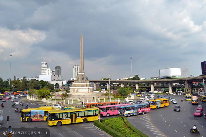 Площадь Виктори Моньюмент, отсюда можно доехать на автобусах до рынка Дон Вай