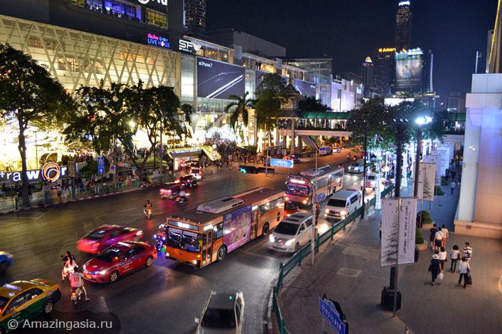 Чем заняться вечером в Бангкоке. Где погулять вечером в Бангкоке. Район станции скайтрейна Chit Lom.