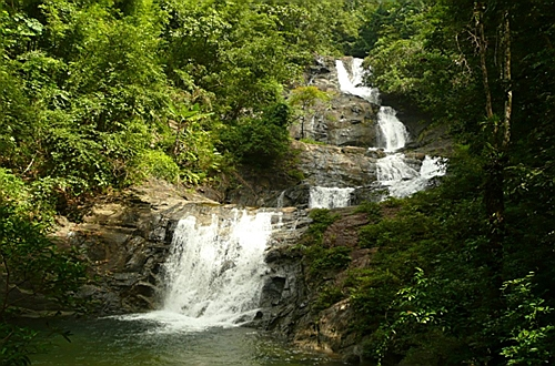 Национальный парк Khao Lampi - Hat Thai Mueang. Lampi waterfall.