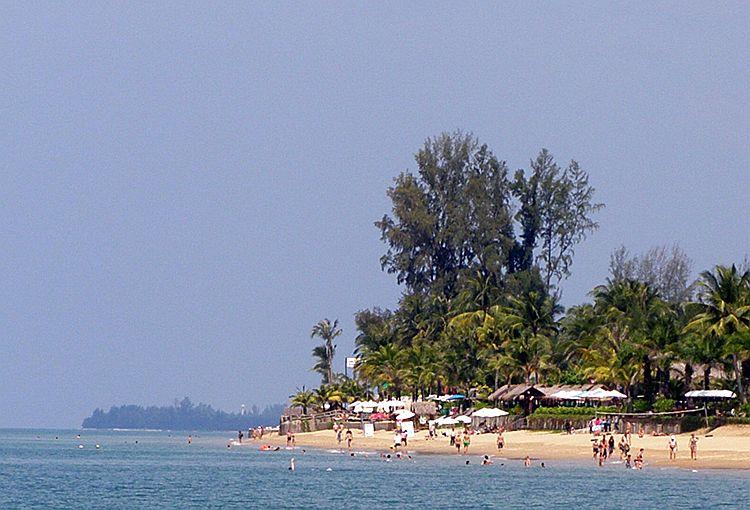 Вид с пляжа Банг Нианг в сторону мыса Пакаранг