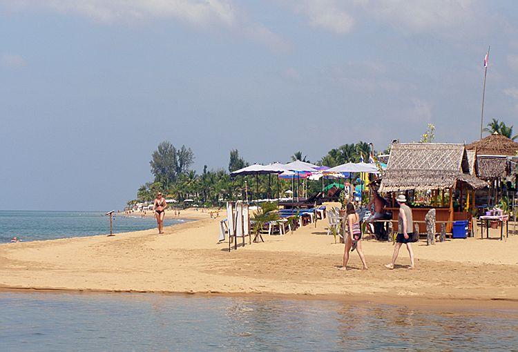 Вид на пляж Банг Нианг со стороны пляжа Нанг Тонг