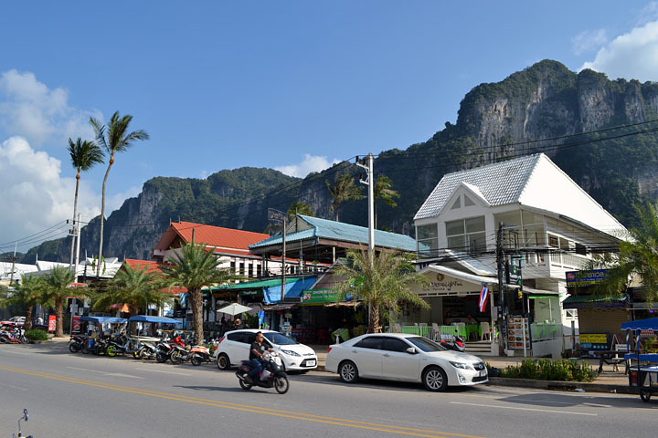 Фотографии Ао Нанга. Скалы рядом с центральной улицей города.