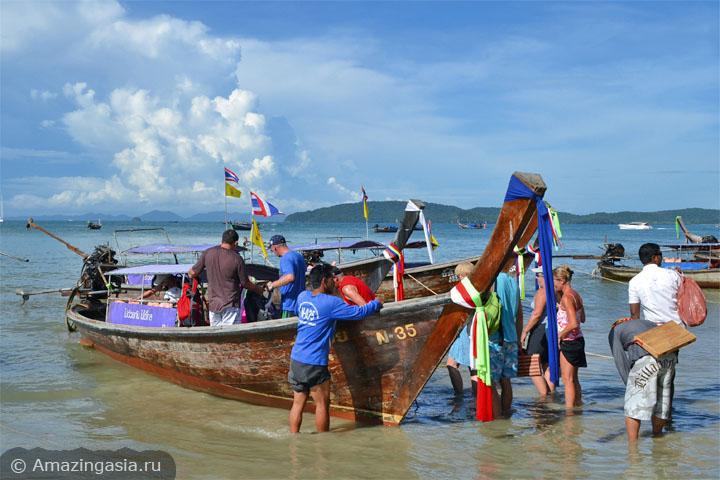 Лодка перед отплытием на пляж Тонсай