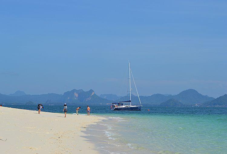 Катер на пляже острова Пода