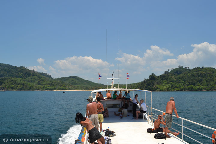 Острова Транг. Корабль на фоне острова Мук.